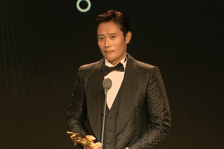 Lee Byung-hun riceve l'Excellence in Asian Cinema Award agli Asian Film Awards